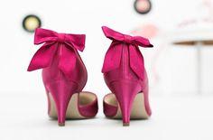 noni- gefärbte Brautschuhe von Elsa Coloured Shoes in pink mit Schuhclips in Schleifenform in pink (Foto: Hanna Witte, Violeta Pelivan, Le Hai Linh)