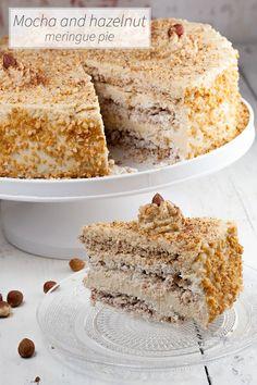 DE-LI-CI-OUS mocha and hazelnut meringue pie! It may seem a lot of work, but it really isn't! Homemade hazelnut meringues and a mocha cream together, mm! Hazelnut Meringue, Meringue Cake, Hazelnut Cake, Meringue Recept, Food Cakes, Cupcake Cakes, No Bake Desserts, Dessert Recipes, Cupcake Recipes