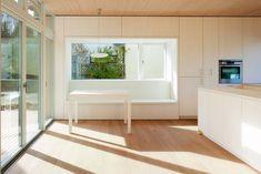 Einbauten in den Wänden als Stauraum oder Sitzgelegenheit lassen Platz für individuelle frei stehende Möbel | Hein Troy Architekten ©Adam Molk, Kopenhagen