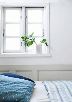 Kathrine og Mark har skabt et skønt fristed i en kolonihaveforening ved Aarhus. En stor træterrasse forbinder på smukkeste vis udelivet med deres lille hus' hyggelige indre.
