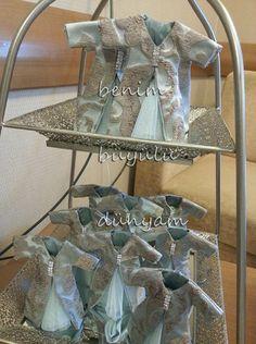 minik-kaftan-tas-aksesuarli-osmanli-desenli-bebek-mevlud-dogum-lavanta-kesesi Floral Arrangements, Wraps, Bridal, The Originals, Party, Wedding, Furniture, Wrapping, Bb