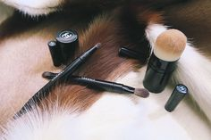 A travel makeup brush set is different from a standard set since the brushes are shorter and more compact. Some are even double-ended to help minimize space and maximize the number of tools that can fit in a small space. Cosmetics News, Makeup Cosmetics, Eye Brushes, Eyeshadow Brushes, Eyeliner Brush, Professional Makeup Artist, Makeup Essentials, Travel Makeup