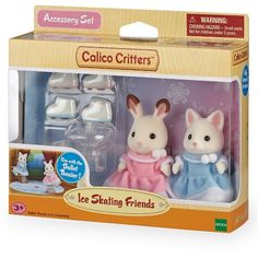 Join Bell Hopscotch Rabbit & Susie Silk Cat as they spend the day ice skating. Place the stands in the Ballet Theater (sold separately), turn the handle, and watch the ice skaters twirl! Critters love skating on the rink!