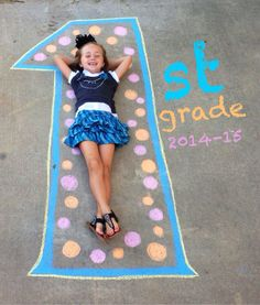 A little ingenuity and a box of chalk can make for some truly memorable Back-to-School Photos. Use your imagination to create a totally unique background, and then have your child hop in the photo on the first day of school. 1st Day Of School Pictures, School Photos, Kindergarten First Day, Kindergarten Graduation, Kindergarten Pictures, Kind Photo, Chalk Design, School Signs, Beginning Of School