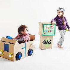 Maak een gave auto en een pompstation, van een paar oude dozen.  (www.opvoedproducten.nl)