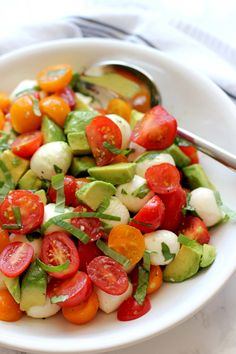This tomato mozzarella avocado salad is an easy summer salad that comes together in minutes. It's a fresh, colorful summer salad that everyone will enjoy. The perfect side dish for a summer get together with family and friends. Vegetarian Recipes Easy, Healthy Dinner Recipes, Cooking Recipes, Drink Recipes, Easy Summer Salads, Summer Recipes, Avocado Salad Recipes, Caprese Salad, Tomato Mozzarella Salad