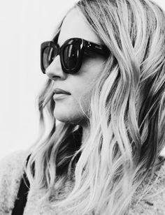 Chevelure légèrement ondulée + épaisses lunettes de soleil noires   le bon  mix (instagram Mija de95259b5ddc