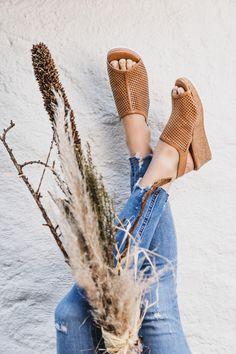 Gönnen Sie sich diese SUPER SOFTEN Sandaletten von Paul Green mit raffiniertem Design. Das Modell zeigt sich mit perforiertem, mittelbraunen Glattleder und einer schönen Keilsohle mit Kork. Eine seitliche Schließe mit integriertem Gummizug bietet perfekten Halt. Dank der super soften Lederverarbeitung überzeugt das Paar mit besonders hohem Tragekomfort. Eine Bereicherung für Ihre sommerliche Garderobe! Paul Green, Super, Espadrilles, Pumps, Shopping, Design, Fashion, Leather Working, Medium Brown