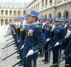 Uniforme de parade de l'École militaire interarmes / Parade dress uniform of the French Army Combined Arms School