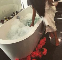 lovely hot bubble bath with essential oils and flowers Luxe Life, Foto Art, How To Pose, Perfect Skin, Queen, Looks Cool, Spa Day, Bath Time, Me Time