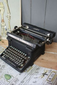 machine crire portative ancienne noire apparemment des ann es 30 bureautique outils. Black Bedroom Furniture Sets. Home Design Ideas
