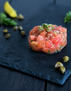 Vegetarian starter Christmas: tomato tartare – The answer is food - Fingerfood Ideen Vegetable Recipes, Vegetarian Recipes, Healthy Recipes, Vegetarian Starters, Deli Food, Feel Good Food, Catering, Xmas Food, Tasty Bites