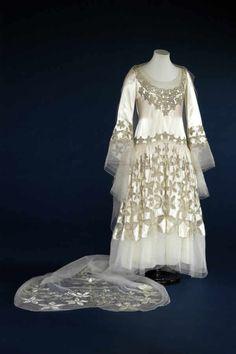 A beautiful Norman Hartnell wedding dress from 1928. #vintage #wedding #1920s #fashion
