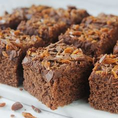 This moist, flavorful cake, known as the Queen Elizabeth Cake (or Square), is made with dates and spices and features a delectable toffee-like topping Bagan, Baking Recipes, Cake Recipes, My Favorite Food, Favorite Recipes, Homemade Oreos, Brownie Bar, Cake Toppings, What To Cook