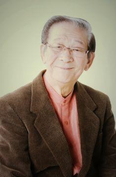 小松政夫 (コメディアン) 1942年1月10日生まれ。福岡県出身。73歳。植木等の付人を経て日本テレビ系列の「シャボン玉ホリデー」でデビュー。1960年代、クレージーキャッツとの共演など、テレビ歌謡バラエティ全盛時で活躍。1970年代、軽演劇出身の伊東四朗との掛け合いによるコント系バラエティを中心とした笑い。1980年代、タモリや団しん也、イッセー尾形などピン芸人達との交流でつちかったサブカルチャーの要素が入った、一風洒落た感じの笑いでお茶の間を賑わせた。1990年代以降は、数多くのドラマや映画に出演し俳優としての才能も発揮。2011年6月には、社団法人 日本喜劇人協会10代目新会長に選出され、70歳を過ぎた今、日本を代表する喜劇人として舞台に出演し全国各地の劇場で活躍を続けている。 http://fine-stage.net/talent/%E5%B0%8F%E6%9D%BE-%E6%94%BF%E5%A4%AB/