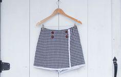 Jupe-short à carreaux noir et blanc avec dentelle blanche et boutons marrons, Upcycled clothes, Vêtement recyclé, Taille 7-8, #V100 de la…