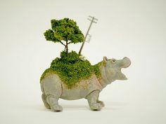 Ces petits animaux en plastique semblent porter le monde sur leurs épaules | SooCurious