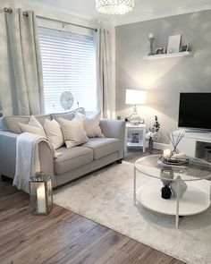Top 5 Inexpensive Family Room ideas Sunday funday - We've had a lovely day looking around various stores at their Christmas decorations. Silver Living Room, Living Room Grey, Home Living Room, Apartment Living, Living Room Designs, Living Room Decor Cozy, Small Room Decor, Home Decor Bedroom, Interior Livingroom