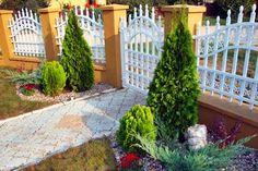 MENTŐÖTLET - kreáció, újrahasznosítás: Virágos kert Garden Fence Paint, Front Yard Garden Design, Garden Yard Ideas, Diy Garden Projects, Diy Garden Decor, Garden Paths, Cheap Landscaping Ideas, Backyard Landscaping, Beautiful Home Gardens