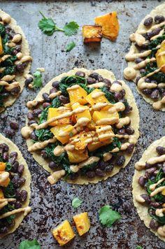 Of je nou vegetariër bent of niet, onderstaande vijftien vegetarische recepten vallen gegarandeerd bij iedereen in de smaak. Welke ga jij als eerste maken? Probeer ook zeker de juiste tortilla's te vinden; de originele kleine maistortilla's zijn natuurlijk het lekkerst om te gebruiken! 1. Taco's met pompoen en zwarte bonen.  2. Bloemkooltortilla's met champignons, […]