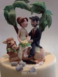 Torta per matrimonio con sposi sul cammello e palme a cuore per una cerimonia nel deserto