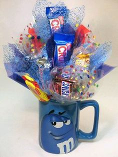 Birthday Gifts : Sweet Bouquet Gift Idea If you lack graduation gift ideas get Candy Boquets, Candy Bar Bouquet, Gift Bouquet, Homemade Gifts, Diy Gifts, Candy Arrangements, Candy Gift Baskets, Birthday Bouquet, Candy Crafts