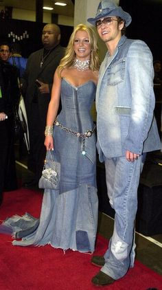 Britney Spears & Justin Timberlake from American Music Awards Memorable Fashion In double denim. 2000s Fashion Trends, Early 2000s Fashion, Fashion Fail, 2000s Trends, Denim Fashion, Look Fashion, 90s Fashion, Fashion Outfits, Double Denim
