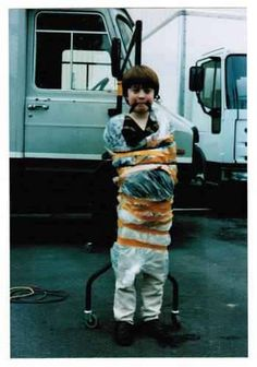 Daniel Radcliffe tied up on the set of David Copperfield after spraing the crew members with a water pistol, 1999 Daniel Radcliffe Harry Potter, Draco Harry Potter, Harry James Potter, Harry Potter Pictures, Harry Potter Universal, Harry Potter Characters, Draco Malfoy, Daniel Radcliffe Young, Photos Rares