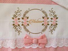 Confeccionado com fraldas de excelente qualidade, por serem dupla absorve muito mais, as barrinhas são feitas com tecido tricoline 100% algodão. Caso queira mudar a estampa das barrinhas, fique a vontade temos opções no mostruário, se caso tenha alguma preferência de tema de bordado entre em con... Rose Embroidery, Embroidery Designs, Baby Crafts, Diy And Crafts, Machine Embroidery Projects, Baby Kit, 25th Birthday, Goodie Bags, Burp Cloths