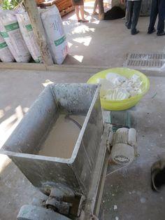 Stap 1 van het maken van rice noodles. Het proces van de rijst noedels wordt in gang gezet met het voor een dag weken van de rijst. De rijst wordt bewaard in zakken en wanneer het water afgevoerd wordt, vormt de rijst klonten. Deze klonten worden gemengd in een mixer met aardappelmeel en water.