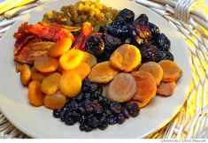 Read here about 4 Health Benefits of Dried Fruits. Dried fruits are not only delicious snacks, but also full of health benefits. But they CAN be very high in sugars. Yummy Snacks, Healthy Snacks, Healthy Eating, Dried Strawberries, Dried Fruit, Dried Blueberries, Dried Apricots, All Fruits, Fruits And Veggies