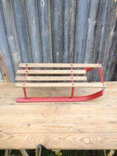 Luge rouge en métal et bois des années 60 par VINTAGEorangeBAZAR
