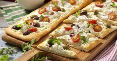 Prova färskost i stället för tomatsås på pizzan! Servera i trekantiga bitar som drink tilltugg – då räcker den till fler än fyra! Appetizer Dips, Appetizer Recipes, Kebab Wrap, Antipasto, Afternoon Tea, Finger Foods, Vegetable Pizza, Food Inspiration, Tapas