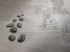 A stone effect achieved with the natural look of Novacolor's CalceCruda and the metallic shades of Dune Silver.