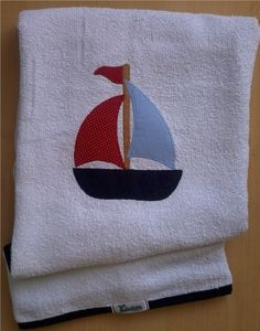 Toalha de banho em felpa branca com capuz, forro em tecido fralda, viés e patch apliquée em tecido 100% algodão. *medida do capuz 20 cm **a cor do viés pode ser escolhida e o tema personalizado. R$39,90