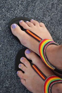 No puedo ajustar todas las imágenes individuales de las sandalias disponibles aquí. Por favor envíeme por correo electrónico si desea recibir más fotos o medidas de una sandalia específica. Usted puede elegir el que quieras por estilo en el menú desplegable.  Se trata de uno de tipo, hechas a mano sandalias de Masai Kenia. No hay dos son iguales, por favor mi tienda para más tamaños. Me trajo estos de Kenia después de reunirse con algunas de las personas que les hacen. Allí estuve…