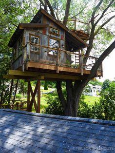How tyo Build a Tree House - Life ideas Beautiful Tree Houses, Cool Tree Houses, Treehouse Masters, Backyard Treehouse, Tree House Plans, Tree House Designs, Diy Holz, Tiny House Living, Maine House