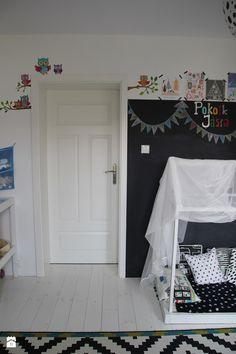Pokój dzieci. W tle wejście do sypialni rodziców. - zdjęcie od Agnieszka Kijowska - Pokój dziecka - Styl Skandynawski - Agnieszka Kijowska, black & white, scandinavian design, kidsroom, diy