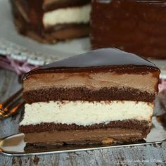 Un capolavoro di pasticceria fatto da sette golosi strati dolci di bavarese al cioccolato e nocciola,croccante alle mandorle e glassa