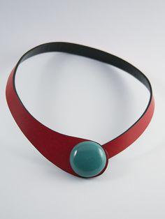 Collar de cuero rojo de doble capa (interior negro). La pieza se cierra con un broche cerámico esmaltado, disponible en 8 colores diferentes. El collar puede lucirse de dos maneras distintas, como...