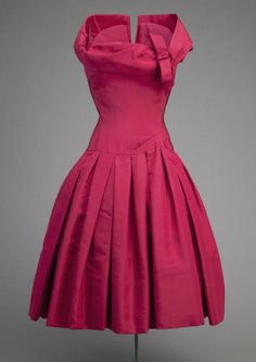 Vintage Fashion: Cocktail Dress Christian Dior, 1954 The Chicago History Museum Vintage Fashion 1950s, Vintage Dior, Moda Vintage, Vintage Couture, Vintage Mode, Retro Fashion, Vintage Hats, Victorian Fashion, Vintage Style
