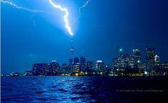 An amazing capture of lightning striking the CN Tower in Toronto, Canada on August Mother Earth, Mother Nature, Northern Lights Canada, Amazing Photography, Art Photography, Strange Weather, Nature's Miracle, Gardens Of The World, Riders On The Storm
