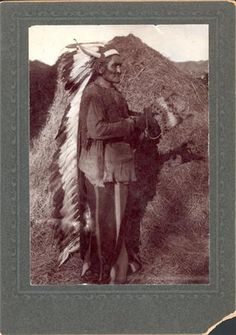 Geronimo posed with headdress & medicine bonnet. Apache Indian, Native Indian, Quanah Parker, Eskimo, Indian Territory, Copy Print, Iconic Photos, Geronimo, Historical Pictures