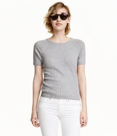 Gray melange. Top in a soft, rib knit with short raglan sleeves.