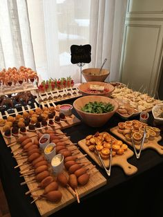 Brunch set up. Those could be the sausages dipped in pancake mix (breakfast corn dogs.) Could swap some things for more breakfast items. Brunch Party Bbq Party Brunch Wedding Appetizers For Party Party Snacks Birthday Ideas For Guys Best Party Food Carniv Appetizers Table, Appetizer Recipes, Appetizer Ideas, Appetizer Table Display, Baby Shower Appetizers, Appetizer Buffet, Best Party Appetizers, Wedding Appetizers, Picnic Recipes