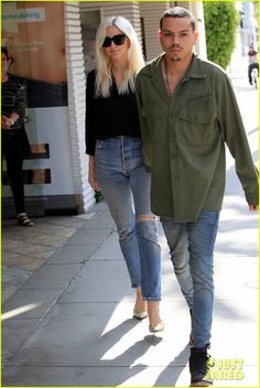 Ashlee Simpson Holds Hands with Hubby Evan Ross in Beverly Hills | ashlee simpson holds hands with hubby evan ross 02 - Photo