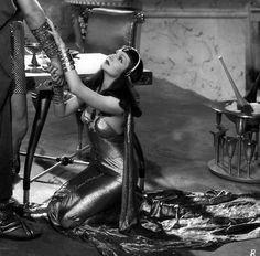 Cleopatra Costume Designer: Travis Banton Director: Cecille B. Old Hollywood Glamour, Golden Age Of Hollywood, Hollywood Stars, Hollywood Icons, Harlem Renaissance, Renaissance Dresses, The Palm Beach Story, Silent Screen Stars, Orry Kelly