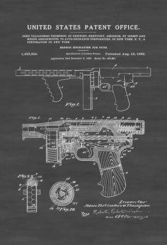 Un cartel de impresión patente de un Thompson subfusil ametrallador (llamado mecanismo de recámara de las pistolas) inventado por John Taliaferro Thompson. La patente fue emitida por la oficina de patentes de Estados Unidos el 15 de agosto de 1922. El subfusil ametrallador de Thompson es un subfusil americano, inventado por John T. Thompson en 1918, que llegó a ser infame durante la época de la prohibición. Era una vista común en los medios de comunicación de la época, siendo utilizada por…