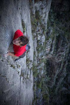 Honnold, durante su escalada sin cuerda de la vía 'El sendero luminoso'.
