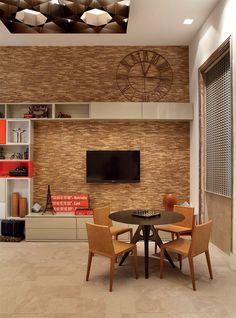 """linving room - sala -Despojado, sim, mas com charme. Essa foi a ideia do hostel desenhado em 45 m2 pela arquiteta Patrícia Fiúza, que forrou a parede com mosaico de ripas de madeira da Oca Brasil e usou laca vermelha e cinza na marcenaria. """"A inspiração da estante veio do grafismo de Mondrian"""", diz. Para o estar, escolheu mesa e cadeiras de Jader Almeida, evidenciando o conceito de privilegiar o design made in Brasil. """"É um espaço com sotaque carioca para receber estrangeiros"""", brinca."""